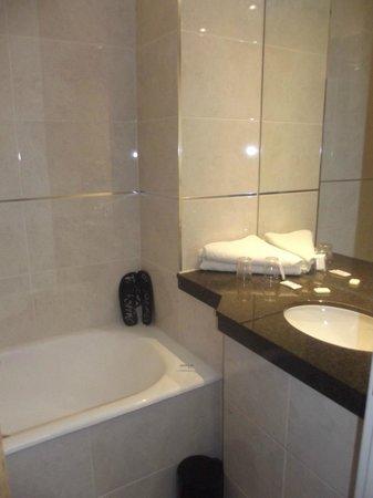 Royal National Hotel: Bagno minuscolo, per entrare bisognava chiudere la porta