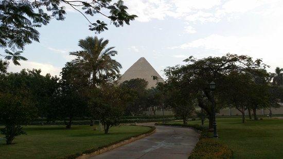 Mena House Hotel: pyramid view from balcony