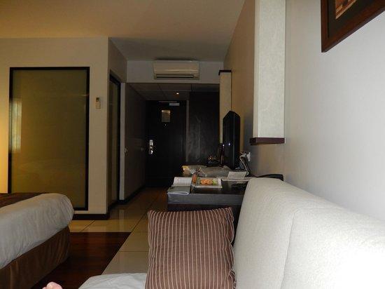 Hotel Tahiti Nui: Seating area towards entry.