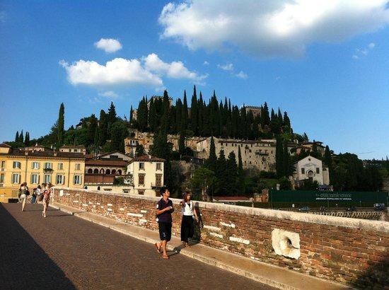 Ponte Pietra a Verona, veduta del colle San Pietro