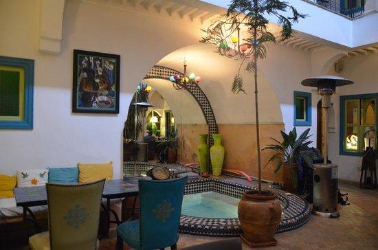 Riad Les Lauriers Blancs: le patio et le jacuzzi