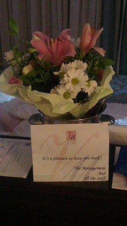 Villa Del Mar Hotel : bloemboeket v personeel en staf