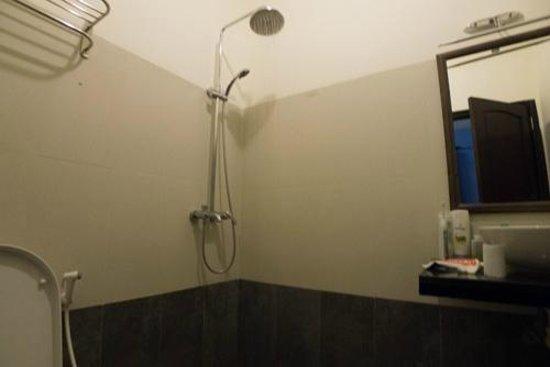 La Marina Hotel: bathroom