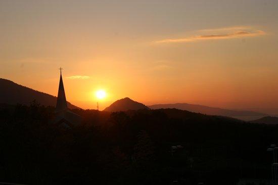 Resort Hotel Olivean Shodoshima: ロビーからの夕日