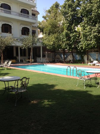 Hotel Meghniwas: Lovely pool area and garden