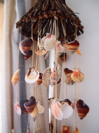 Umzumbe Surf House & Surf Camp: The sea shell wind chimes sound so beautiful with a gentle ocean breeze. Zzzzz!