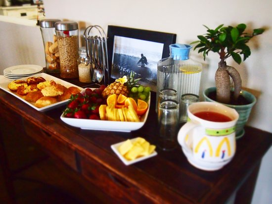 Umzumbe Surf House & Surf Camp: Healthy breakfast buffet filled with Fresh Local Fruits, Baked goods, Cereals and Smoothies