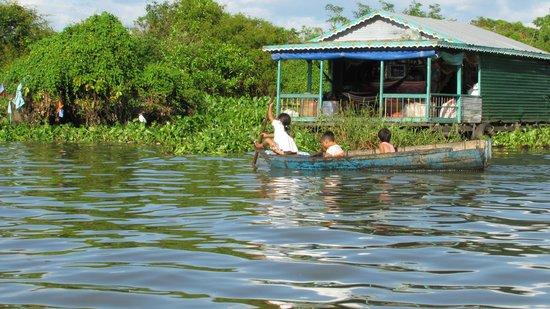 Lucky Angkor Hotel: дети на воде