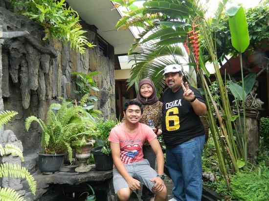 Istana Batik Ratna Hotel: Hotel's mini garden!