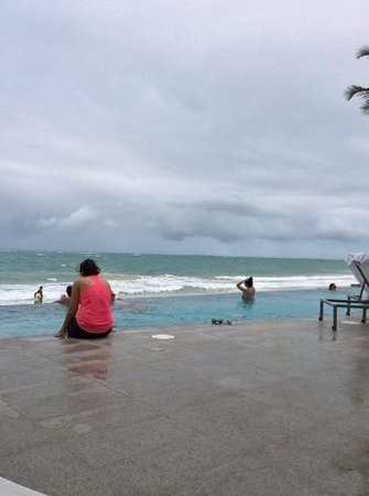 La Concha Renaissance San Juan Resort: suite tower infinity pool