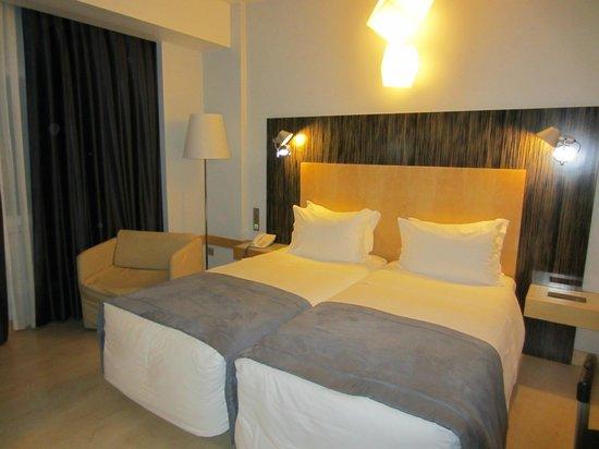 Hotel Alif Avenidas: Bedroom, right view from the door