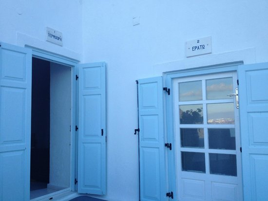 Athina Luxury Suites: Nuestra habitación a la izquierda