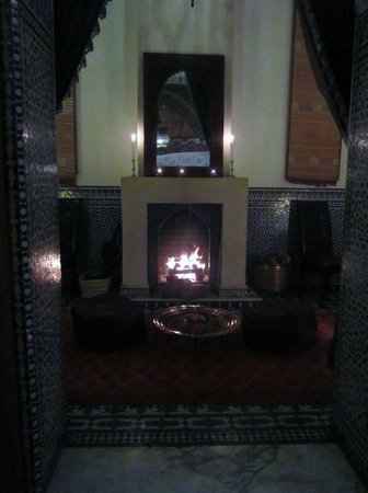 Dar Roumana : Cozy setting in front of the fire! Tres romantic!