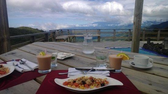 Refugio La Brisa del Diablo Bed & Breakfast: Breakfast with view