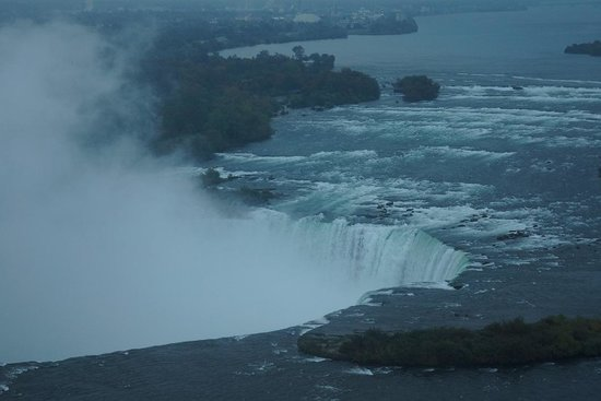 Niagara Falls Marriott on the Falls : 次の日の早朝、ホテルの窓を観るとカナダ滝が直ぐ目前に観えます!