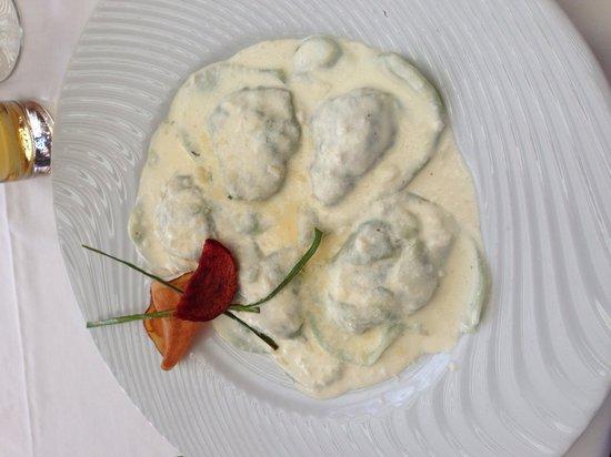 La Casa del Parmigiano: Corazones de pasta fresca rellenos de espinacas y ricota con salsa de parmesano