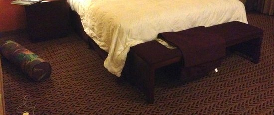 Castle Hilo Hawaiian Hotel: Bolster on the floor after housekeeping