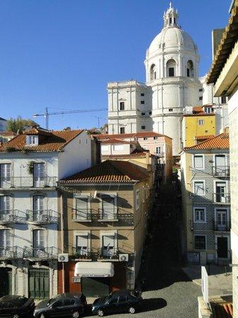 Sweet Lisbon Guesthouse: Aussicht aus dem Frühstücksraum/Küche in die Alfama