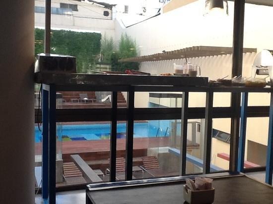 Be Trimos Hotel: pileta desde el desayunador