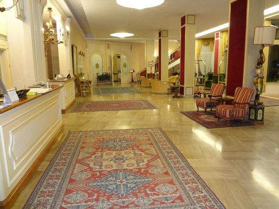 Hotel Ariston Molino Terme: Die sehr schön möblierte Hotelhalle