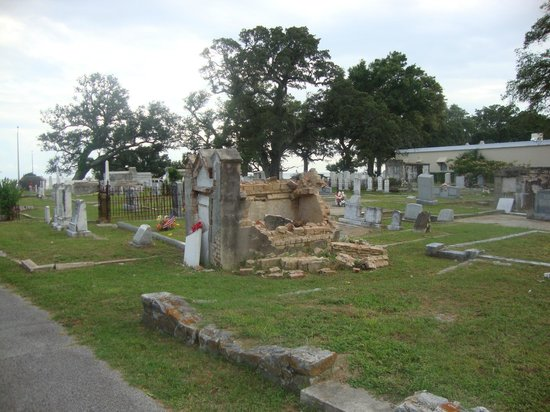 Old Biloxi Cemetery: Полуразрушенные надгробия