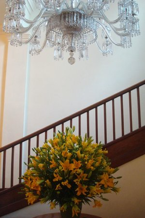 Maidens Hotel: Beautiful chandelier and flowers in the foyer