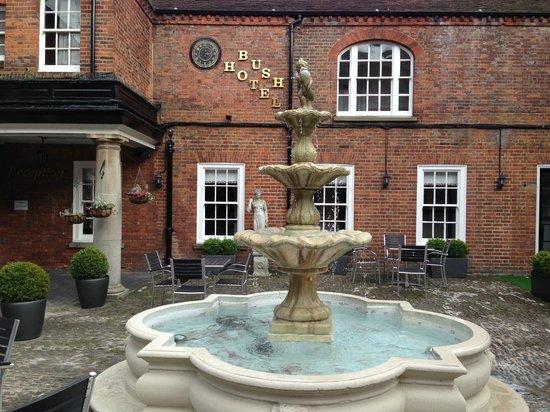 Mercure Farnham Bush Hotel: дворик с фонтаном
