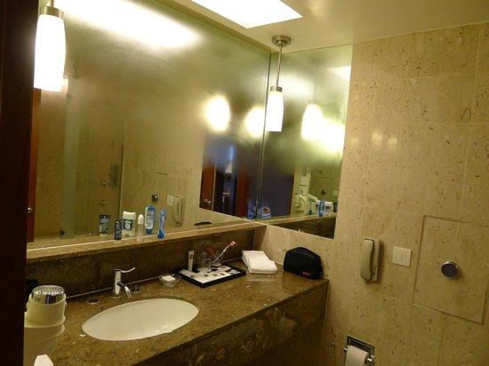 Swissotel The Stamford Singapore: Functional bathroom