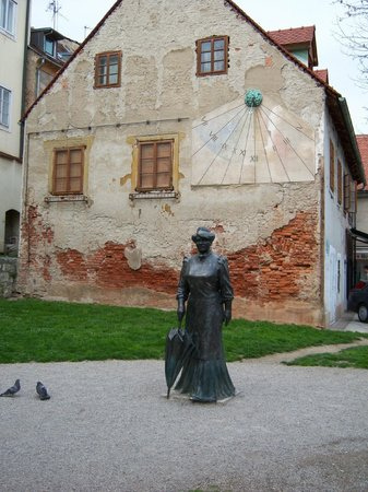 Tkalčićeva: Sculpture of lady with a parasol