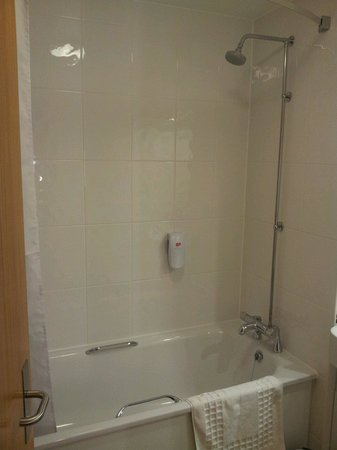 Premier Inn Bristol Cribbs Causeway (M5, J17) Hotel: Family room bathroom practically brand new!