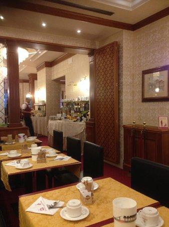Hotel Berna: Breakfast area