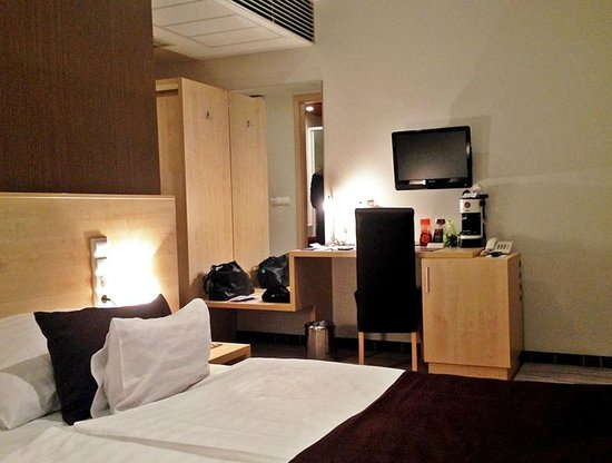 Promenade City Hotel: Spacious room