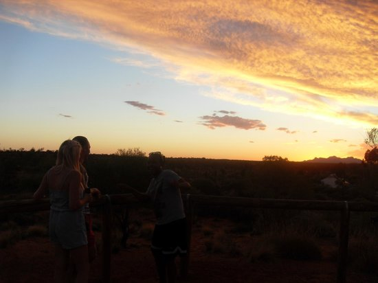 Outback Pioneer Hotel & Lodge, Ayers Rock Resort: Viewing area at the Lodge....sunset that eve was spectacular!
