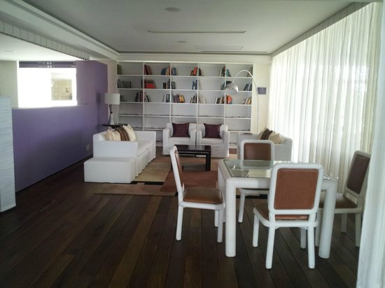 Grand Oasis Sens: sala lettura nella hall