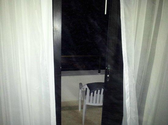 Grand Oasis Sens: accesso alla terrazza - porta finestra (durissima da aprire)