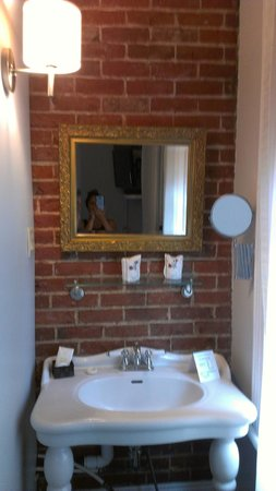 Chateau des Tourelles: room wash basin