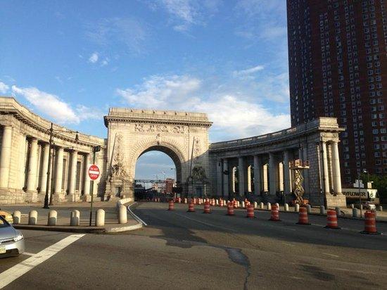 Comfort Inn Manhattan Bridge : View from outside of hotel