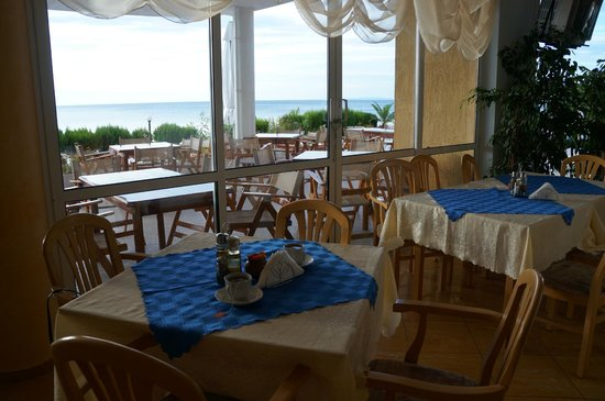 Aphrodite Beach Hotel: Indoor and outdoor dining, breakfast room