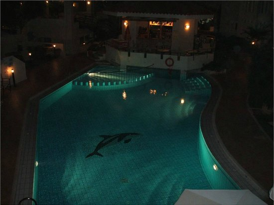 Toxo Hotel & Apartments: Swimming Pool at night