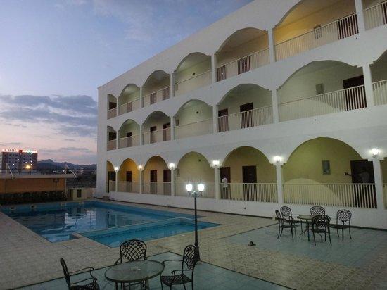 Aldiyar Hotel : la cour intérieure avec la piscine