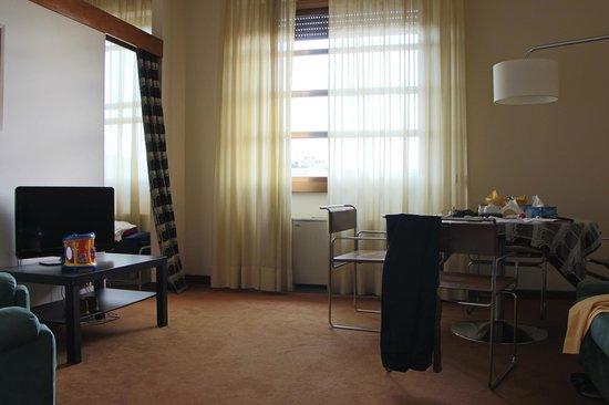 Residence Porta al Prato: гостиная, забавные кожаные стулья, но скользкие