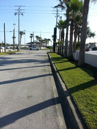 Regency Inn & Suites: Walk to beach..2 minutes