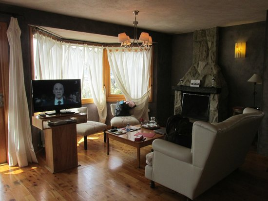 Lirolay Suites: sala de estar habitación