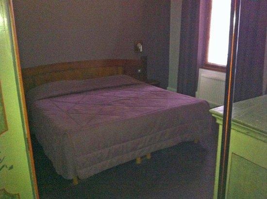 Hotel De La Couronne: Schlafzimmer, keine Ablagemöglichkeiten