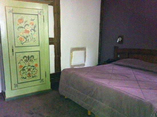 Hotel De La Couronne: Schlafzimmer mit altem, knorrigen Schrank