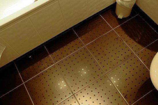 Best Western Plus Milford Hotel: Bathroom floor