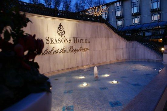 Four Seasons Istanbul at the Bosphorus: Перед подъездом в отель