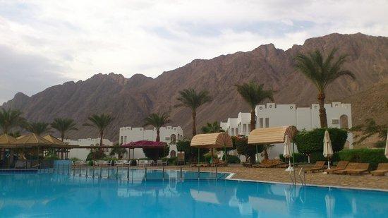 Happy Life Village : Сразу за отелем притягиваю взгляд гора