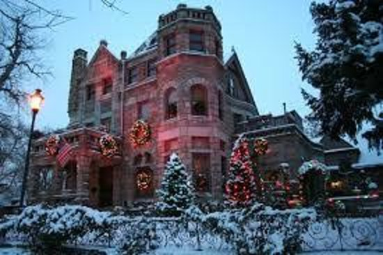 Castle Marne Bed & Breakfast: Fabulous Christmas decorations!