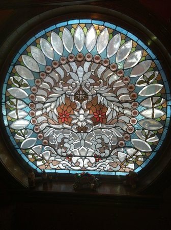 Castle Marne Bed & Breakfast: beautiful stained glass on beautiful staircase
